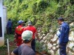 evakuasi-ular-pipa-perumahan-citayam-grande-valley.jpg