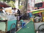 gerobak-pedagang-ketupat-sayur-dan-gerobak-soto-memangkal-di-trotoar-jalan-dekat-sugbk.jpg