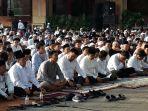 gubernur-dki-jakarta-anies-baswedan-saat-melaksanakan-salat-idul-adha-di-halaman-balai-kota-dki.jpg