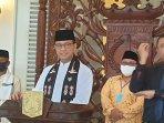 gubernur-dki-jakarta-anies-baswedan-saat-menggelar-konferensi-pers.jpg