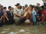 gubernur-dki-jakarta-anies-rasyid-baswedan-rela-banjir-banjiran.jpg