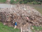 gunungan-sampah-kayu-dan-bambu-di-kali-bekasi-tepatnya-selepas.jpg