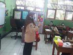guru-kelas-5-sdn-03-manggarai-riche-sedang-mengajar.jpg