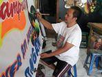 hartono-sedang-melukis-spanduk-pecel-lele-senin-2222021.jpg