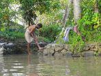 ilustrasi-pria-di-india-mandi-di-kali-atau-mandi-di-sungai.jpg