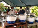jajaran-sudin-sosial-jakarta-timur-saat-memasak-bantuan-makanan-nasi-boks-untuk-pasien-odp-1.jpg