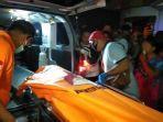 jasad-korban-ketika-hendak-dimasukkan-ke-dalam-mobil-ambulans-kamis-1102020-malam.jpg