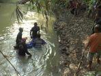 jasad-sukiro-saat-dievakuasi-dari-sungai-minggu-3112019.jpg