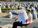 jemaah-berfoto-dan-video-call-seusai-salat-idul-adha-di-masjid-agung-al-azhar.jpg