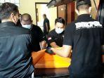 jenazah-perempuan-pelaku-penyerangan-di-mabes-polri-saat-dibawa-masuk-ke-instalasi-forensik.jpg