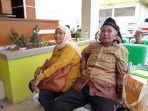junaidi-68-bersama-istri-saat-menunggu-anaknya-di-rsud-depok.jpg