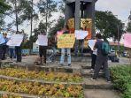 jurnalis-dari-berbagai-media-di-kota-tangerang-menggelar-aksi-solidaritas-rabu-3132021.jpg