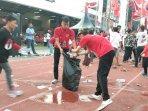kader-komunitas-juang-bersihikan-arena-kampanye-akbar-di-gor-sriwedari-solo.jpg