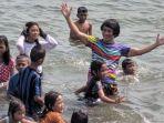 kak-seto-berenang-bersama-anak-anak-nelayan-di-pantai-bahtera.jpg