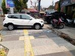 kendaraan-parkir-di-trotoar.jpg