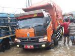 kendaraan-truk-sampah-milik-pemprov-dki-jakarta-nekat-menerobos-banjir.jpg