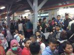 kepadatan-penumpang-di-stasiun-manggarai-akibat-tawuran-pada-rabu-492019.jpg