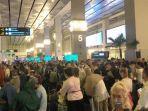 kerumunan-wna-di-terminal-3-bandara.jpg
