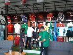 ketum-pssi-menandatangani-jersey-ketiga-timnas-indonesia.jpg