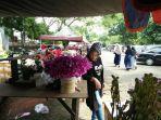 khomsanih-49-pedagang-bunga-di-tpu-tanah-kusir-3.jpg