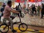 kini-para-pecinta-sepeda-bisa-berkeliling-di-dalam-mall-balekota.jpg