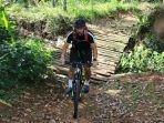 kiper-persija-jakarta-andritany-ardhiyasa-ketika-menjalankan-hobby-bersepeda.jpg