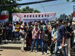 koalisi-aktivis-mahasiswa-indonesia-kami-berunjuk-rasa-di-tugu-proklamasi.jpg