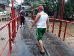 kondisi-jembatan-merah-yang-rusak-diterjang-banjir-luapan-kali-sunter.jpg