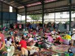 kondisi-pengungsian-di-gor-perum-total-persada-karena-banjir-setinggi-35-meter.jpg