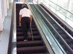 lansia-naik-eskalator-di-salemba.jpg