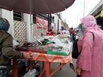 lapak-pedagang-takjil-musiman-saat-bulan-ramadan-di-jalan-bekasi-timur-raya.jpg
