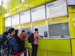 loket-pemesanan-tiket-kereta-api-di-stasiun-gambir-jakarta-pusat_20180324_185033.jpg