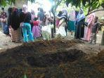 lubang-yang-digali-haris-43-diduga-untuk-tempat-menguburkan-ibu-yang-dibunuhnya.jpg