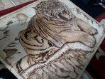 lukisan-kayu-bakar-bergambar-harimau-yang-sudah-selesai-hasil-karya-amin-pada-minggu-22112020.jpg