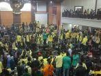 mahasiswa-sumbar-menduduki-ruang-sidang-dprd-sumbar.jpg