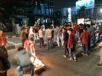 massa-aksi-dari-ikatan-mahasiswa-muhammadiyah-memblokade-jalan-menteng-raya.jpg