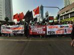 massa-aksi-mujahid-212-yang-membawa-bendera-dan-spanduk-4.jpg