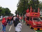 massa-buruh-menggelar-aksi-demo-di-depan-kantor-gubernur-dki-jakarta-anies-baswedan.jpg