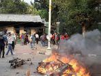 massa-pelajar-membakar-sepeda-motor-pagar-dan-plang-penunjuk.jpg