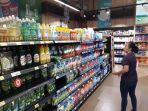 masyarakat-mencari-hand-sanitizer-di-supermarket-di-lippo-mal-puri.jpg