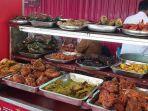 menu-yang-disajikan-di-sebuah-warung-makan-nasi-kapau-di-sentra-makanan-kramat.jpg