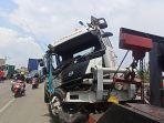 mobil-derek-mengangkut-truk-yang-terlibat-kecelakaan-di-jakarta-utara.jpg