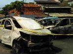 mobil-milik-erlangga-yang-hangus-dibakar-massa-yang-menyerbu.jpg