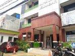 mobil-milik-lurah-jelambar-agung-triatmojo-terparkir-di-halaman-kantor-kelurahan-jelambar.jpg