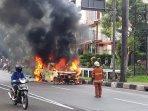 mobil-toyota-alphard-yang-terbakar-di-pondok-indah-jakarta-selatan.jpg