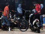 montir-sepeda-memenuhi-keinginan-pembeli-untuk-memodifikasi-sepeda.jpg