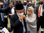mufidah-jusuf-kalla-memperbaiki-masker-suaminya-jusuf-kalla-di-tmp-kalibata.jpg