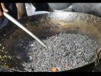 nasi-goreng-hitam-racikan-thole-dibuat-dari-nasi-yang-dicampur-dengan-bumbu-dari-tinta-cumi.jpg