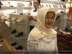 nenek-iro-bingung-mengapa-sandal-yang-dijual-hanya-sebelah.jpg