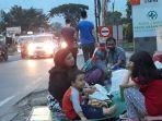 para-imigran-pengungsi-asal-afghanistan-di-sekitar-rudenim-jakarta-menunggu-waktu-berbuka-puasa.jpg